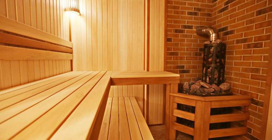 Отделка деревянной бани из рубленого бруса